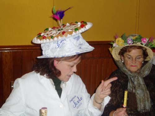 Mujer con un sombrero con flores. - Se abre en una nueva ventana