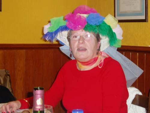 Mujer con un sombrero muy colorido. - Se abre en una nueva ventana