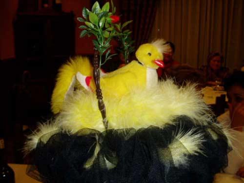 Sombrero con un pollito en el nido. - Se abre en una nueva ventana