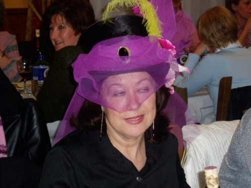 Mujer disfrazada con sombrero. - Se abre en una nueva ventana