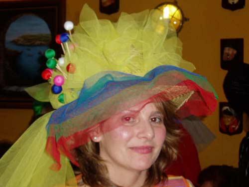 Mujer disfrazada con un original sombrero. - Se abre en una nueva ventana