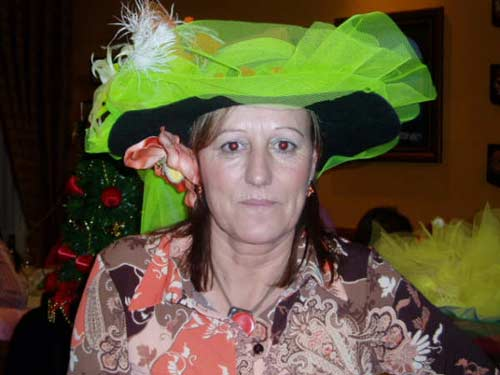 Mujer con un original sombrero. - Se abre en una nueva ventana