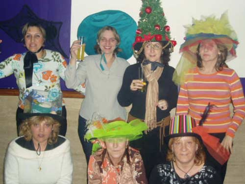 Varias mujeres en el concurso del sombrero más original. - Se abre en una nueva ventana