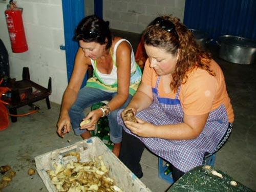 Dos mujeres pelan preparando patatas - Se abre en una nueva ventana