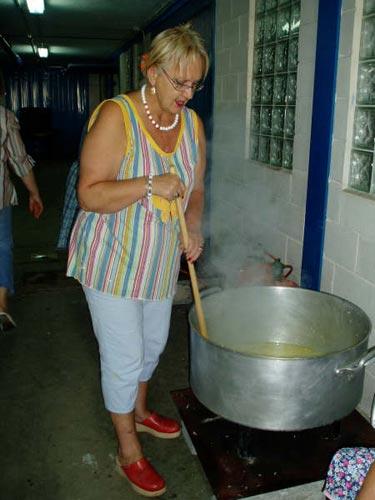 Una mujer preparando la marmitada - Se abre en una nueva ventana