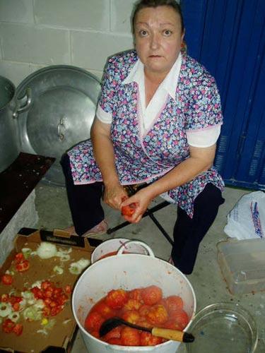 Una mujer prepara los tomates para la marmitada - Se abre en una nueva ventana