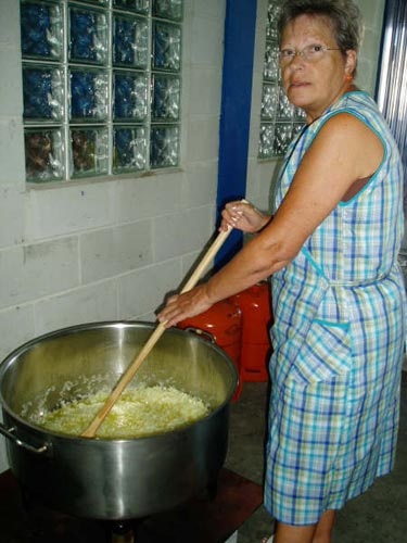 Una mujer prepara la cebolla para la marmitada - Se abre en una nueva ventana