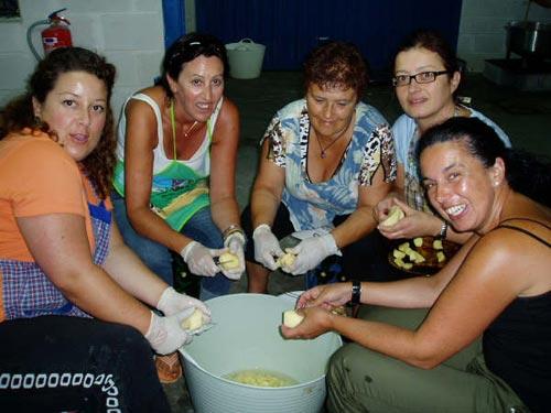 Se muestran 5 mujeres pelando patatas para la marmitada - Se abre en una nueva ventana