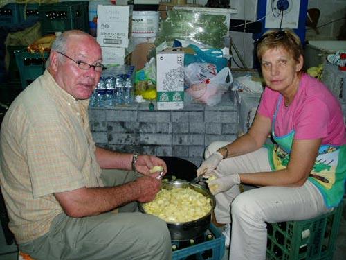 Un hombre y una mujer colaboran en la realización de la marmitada - Se abre en una nueva ventana