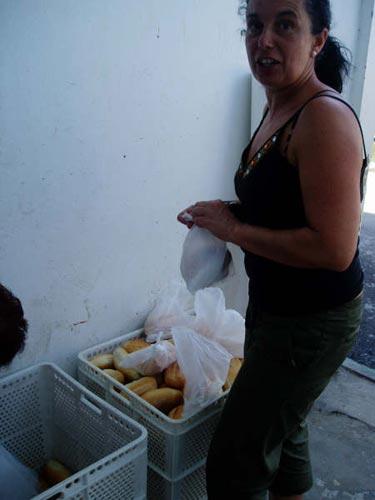 Una mujer prepara el pan que se ofrecerá con la marmitada - Se abre en una nueva ventana