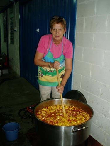 Una mujer prepara y remueve una olla con la marmitada - Se abre en una nueva ventana