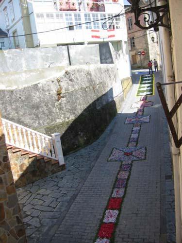 Calle decorada con flores rojas, azules, amarillas y verdes, figuras con forma de recuadros y flores - Se abre en una nueva ventana