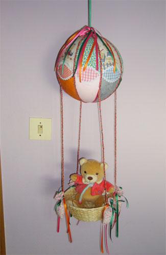 Imagen de una trabajo realizado en el Curso de Patchworken el que se visualiza un osito en un globo - Se abre en una nueva ventana