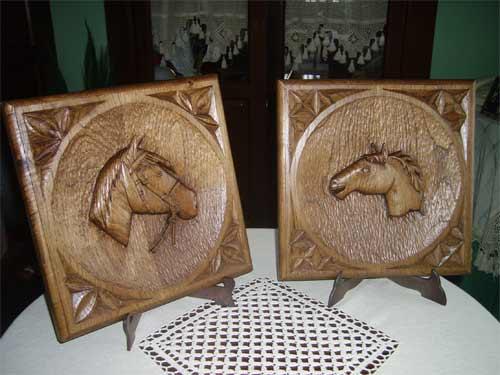 Dos cuadros tallados, cada uno de ellos muestra una imagen de un caballo - Se abre en una nueva ventana
