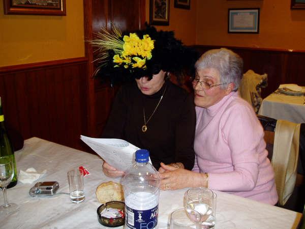 dos socias una de ellas con sonbrero negro y amarillo - Se abre en una nueva ventana