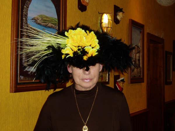 pamela negra hecha con plumas negras y amarillas - Se abre en una nueva ventana