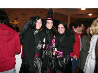 Tres brujas modernas, disfraz de color negro y rosa - Se abre en una nueva ventana