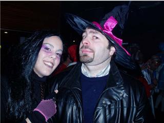 Chica con disfraz de bruja y un  chico en el baile - Se abre en una nueva ventana