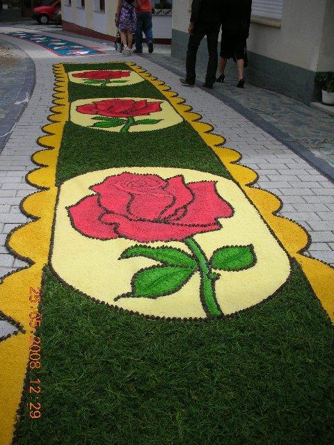 Alfombra elaborada en sal teñida, verde natural y eucalipto como dibujo rosas en rojo, verde y fondo amarillo claro, - Se abre en una nueva ventana