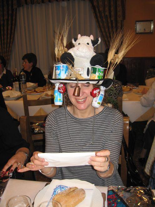 sombrero adornado con una vaca y lacteos - Se abre en una nueva ventana