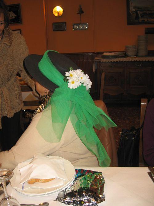 sombrero negro, tul verde y margaritas - Se abre en una nueva ventana