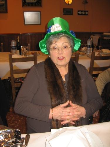 sombrero forrado en tela verde y flores de tele en colores - Se abre en una nueva ventana