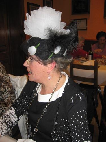 sombrero negro con tul y hojas en color blanco y negro