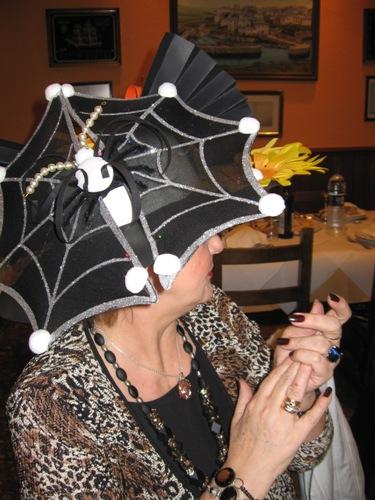 sombrero que consta de dos partes, en forma de tela de araña y - Se abre en una nueva ventana