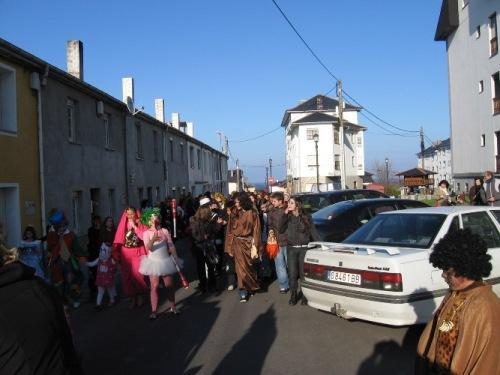 desfile por las calles de puerto de vega - Se abre en una nueva ventana