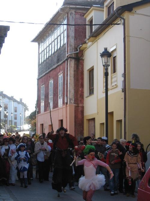 desfile por las callesde puerto de vega - Se abre en una nueva ventana