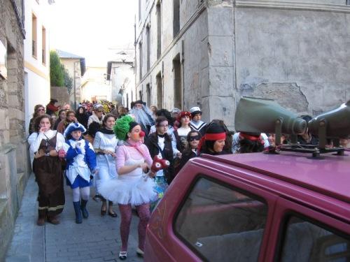 desfile por la calle Jovellanos de puerto de vega - Se abre en una nueva ventana