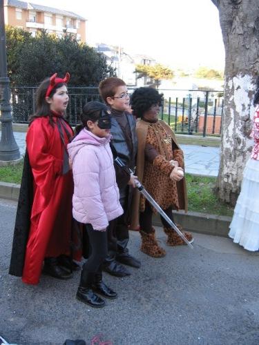 niños disfrazados miran anonadados la actuacion de los titeres - Se abre en una nueva ventana