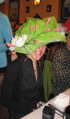 sombrero forrado con tul color verde y flores en blanco y rosa - Se abre en una nueva ventana