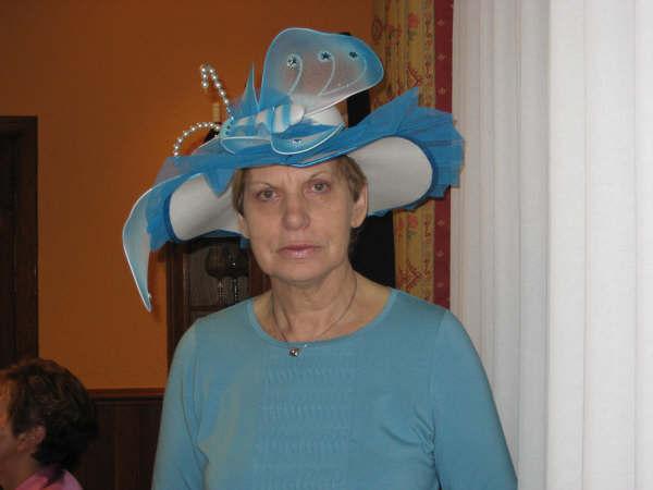sombrero blanco con tules en azul decorado con una mariposa - Se abre en una nueva ventana