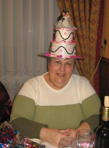 sombrero en forma de pastel de boda - Se abre en una nueva ventana