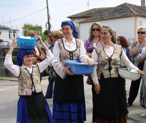 Mujeres y niña representando a las antiguas lavanderas - Se abre en una nueva ventana
