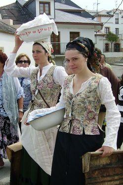 Dos mujeres que representan a las antiguas lavanderas - Se abre en una nueva ventana