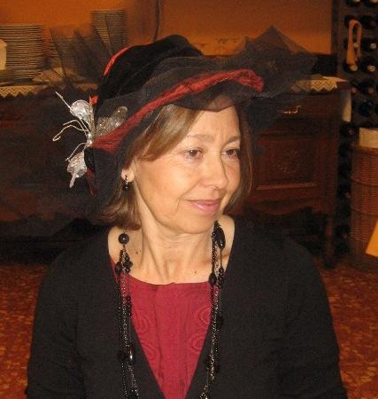 Sombrero rojo con tul negro y aplicacion plateada - Se abre en una nueva ventana