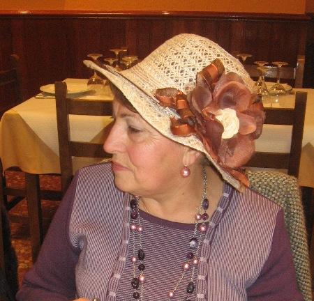Sombrero de paja con flor en marrón - Se abre en una nueva ventana