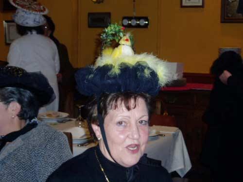 Mujer disfrazada y con un sombrero con un pollito en un nido. - Se abre en una nueva ventana