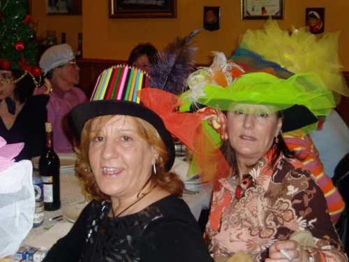 Varias mujeres disfrazadas con sombreros. - Se abre en una nueva ventana