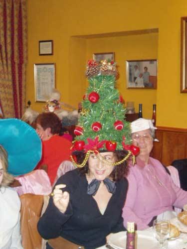 Mujer con un sombrero con forma de árbol de Navidad. - Se abre en una nueva ventana